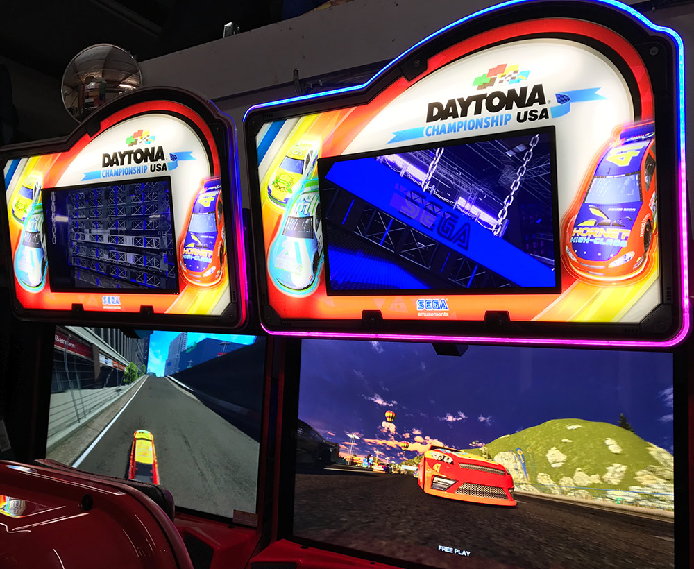Double monitor with multi function display on Daytona Championship USA game